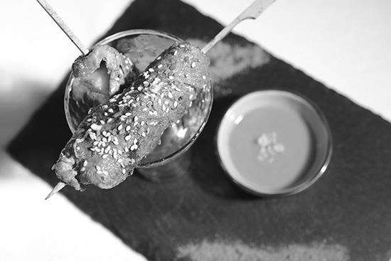 Brochettes de porc Noir de Bigorre gambas et ananas à l'orientale sauce tomate pimentée